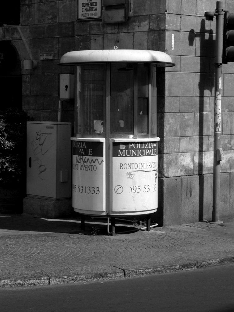 La postazione (vuota) dei vigili urbani