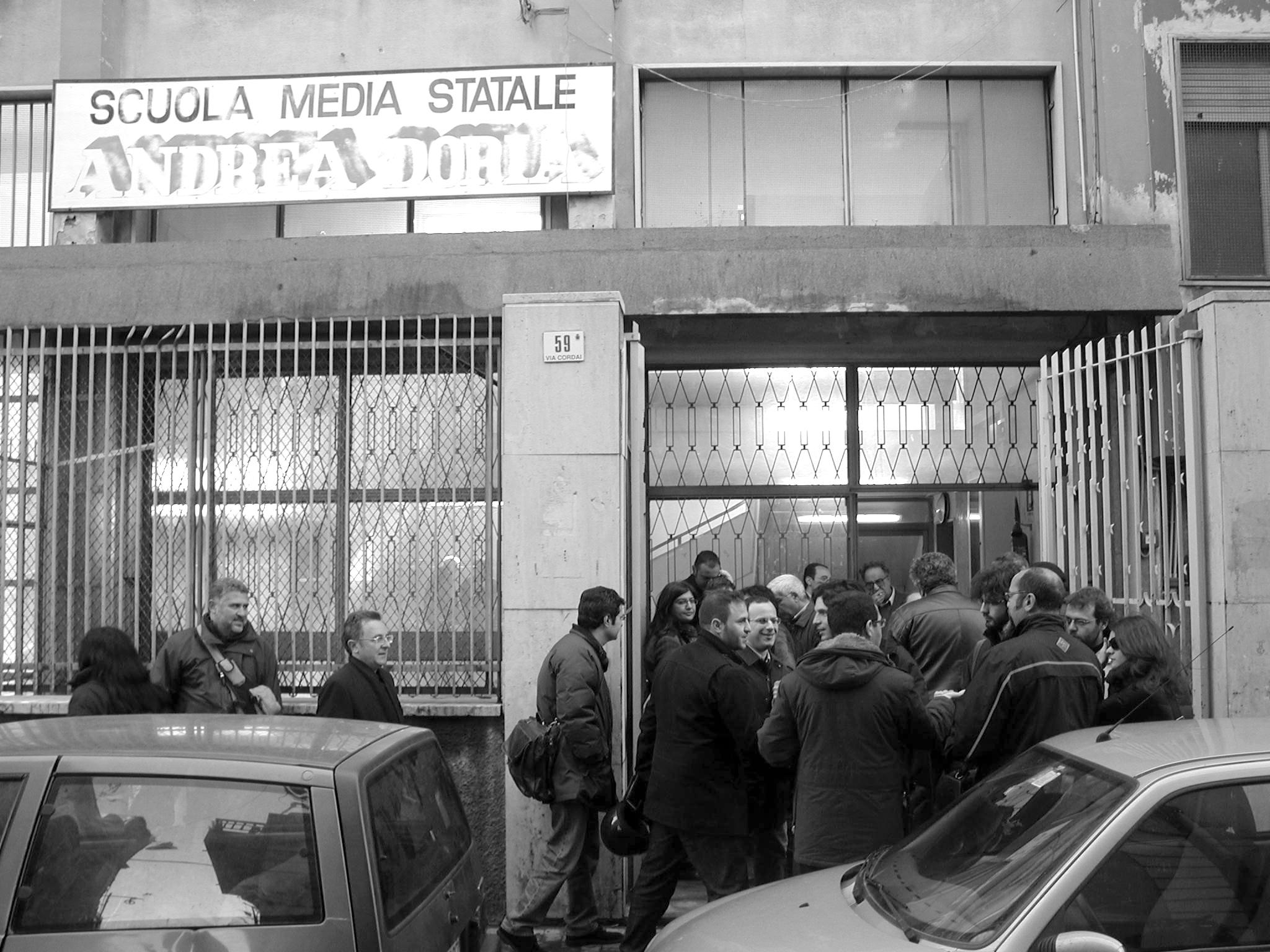 Il comitato all'uscita della  scuola Andrea Doria (foto Agenzia Liberaimmagine)