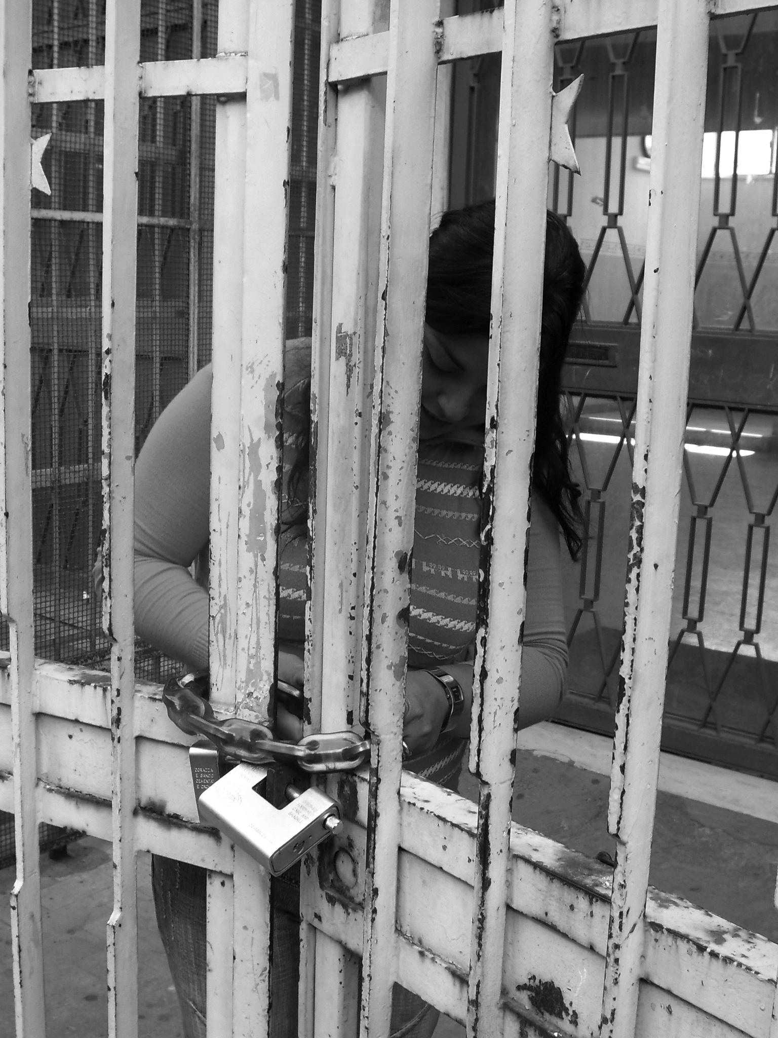 Una madre lucchetta il  cancello della Doria (foto Giuseppe Scatà)