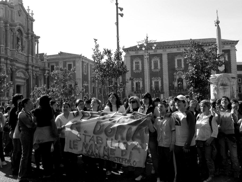 Le donne in piazza Duomo  (foto Agenzia Liberaimmagine)