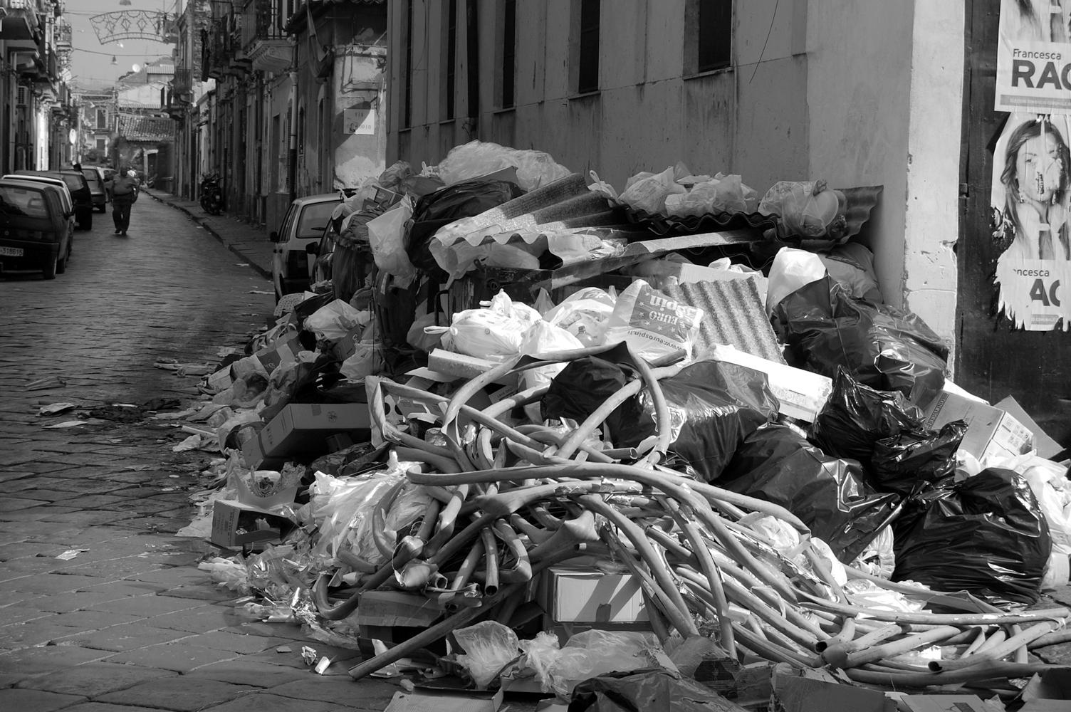 Montagne di spazzatura (foto Salvo Ruggieri)