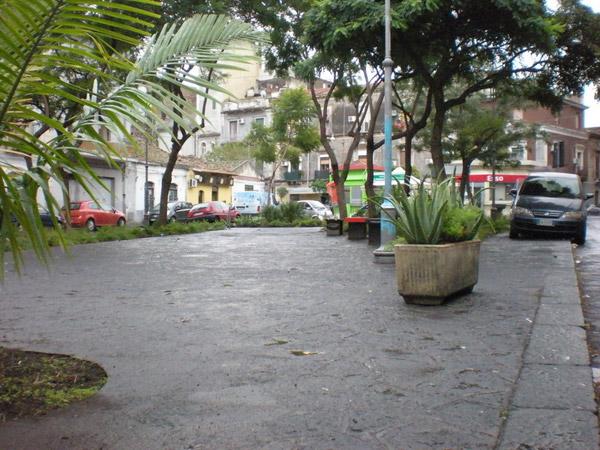 Foto-piazza-con-macchina-sul-marciapiede